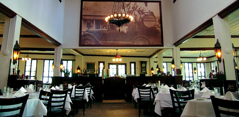 Interior do restaurante Joe's Stone Crab em Miami