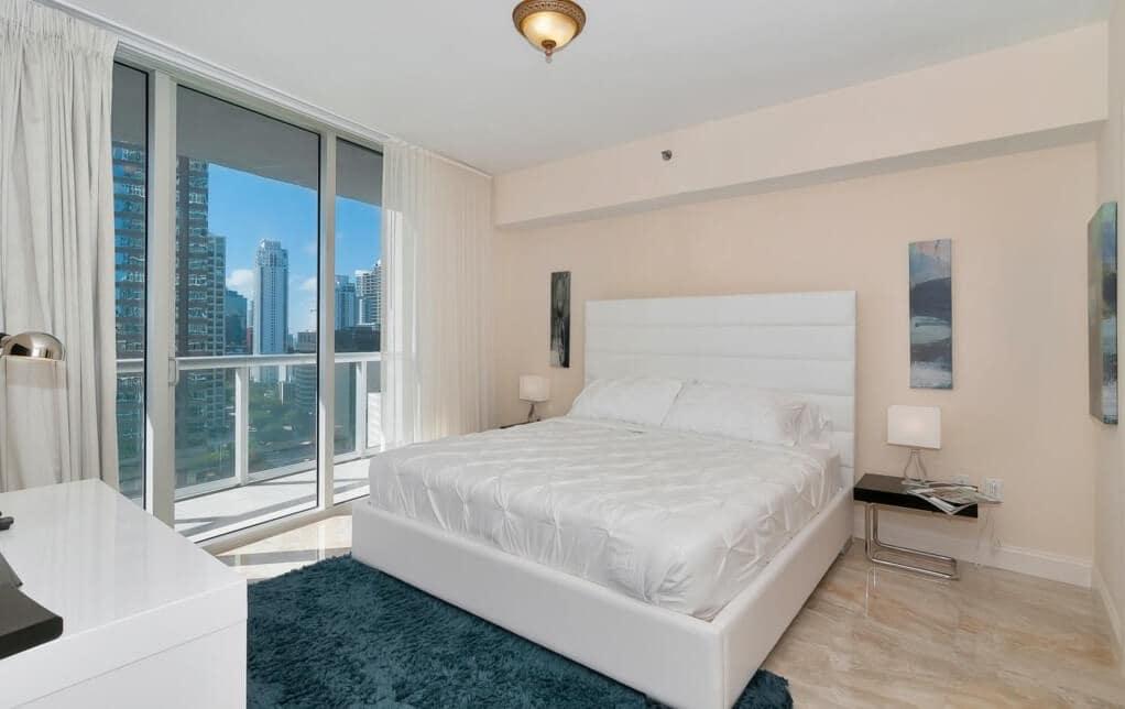 Quarto nos apartamentos em Miami
