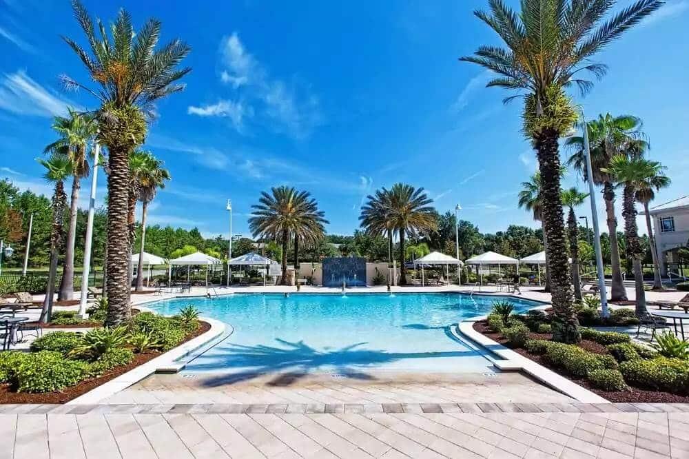Como achar hotéis por preços incríveis em Orlando: Piscina do Monumental Hotel em Orlando