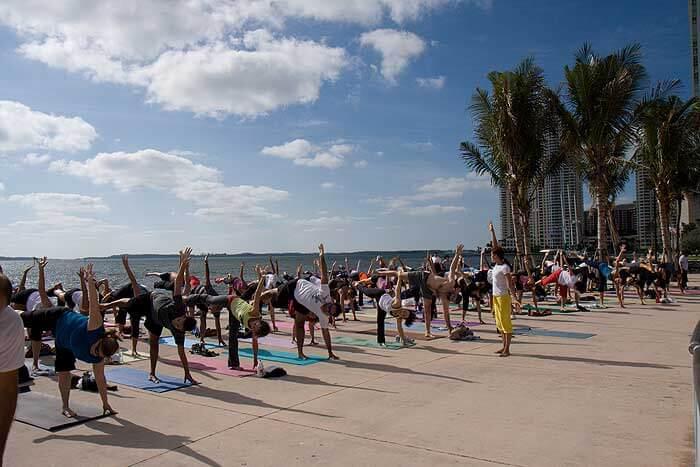 Aulas de ioga no Bayfront Park em Miami
